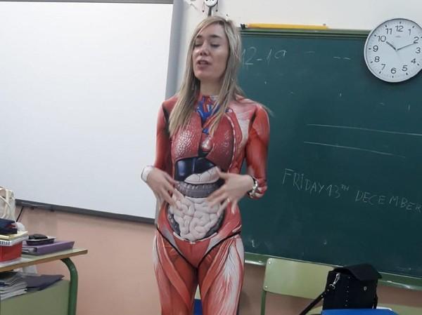 Guru ini mengajar anatomi dengan kostum organ tubuh (Foto: Twitter/@mikemoratinos)