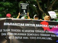 'Aliansi Solidaritas untuk Bangsa Papua' menggelar aksi flashmob di depan Kampus Universitas Muslim Indonesia (UMI), Jalan Urip Sumoharjo, Makassar, Kamis (19/12/2019).