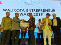 Taufan Pawe dianugerahi sebagai Wali Kota Entrepreneur, pada ajang Wali Kota Entrepreneur Award 2019 pada kategori bidang kesehatan.