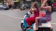 Viral Video Dua Wanita Seksi Kendarai Motor Sambil Keramas di Jalan Raya