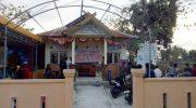 Warga menyegel kantor Desa Balangdatu dengan memaku balok di pintu utama dan memasang pelepah nipah.