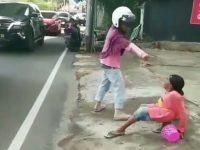 Seorang wanita menganiaya suaminya di pinggir jalan. (Foto: Instagram)