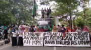 HMI Komisariat Tarbiyah UIN Alauddin menggelar aksi demonstrasi pada Hari Anti Korupsi Sedunia.