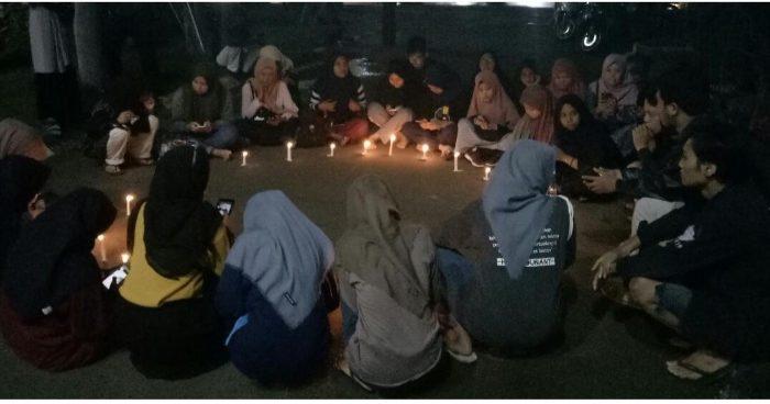 Mahasiswa UINAM Bakar Lilin dan Doa Bersama untuk Almarhum Asmaul Husna