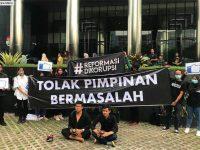 Indonesia Corruption Watch (ICW) menggelar aksi teatrikal di depan Gedung Merah Putih Komisi Pemberantasan Korupsi (KPK), Kuningan, Jakarta Selatan, Jumat (20/12). (Istimewa)