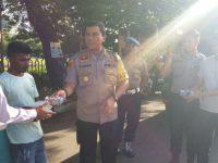 Kapolrestabes Makassar Kombes Pol Yudhiawan Wibisono membagikan sarapan pagi, Jumat (27/12/2019).