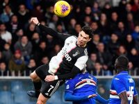 Lompatan ekstrem bomber Juventus, Cristiano Ronaldo, untuk mencetak gol sundulan ke gawang Sampdoria. (Foto: AP Photo)