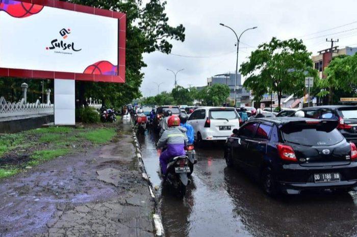 Gubernur Nurdin Abdullah berhasil mengatasi genangan air di depan Kantor Gubernur, Jl. Urip Sumoharjo, Makassar.