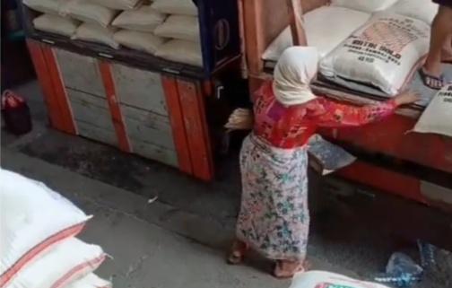 Miris, Nenek Renta Pungut Butiran Beras yang Berserakan di Truk