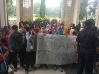 Puluhan cleaning service UIN Alauddin menggelar aksi unjuk rasa di Gedung Rektorat.