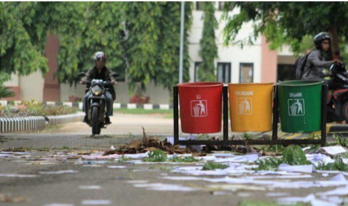 Tolak PT Arco, Ratusan Cleaning Service UIN Alauddin Aksi Tabur Sampah