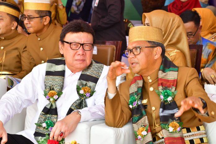 Gubernur Sulsel dan Menpan-RB Disambut Tari Mappadendang di HUT Barru Ke-60