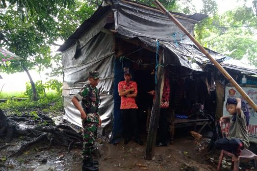 Butuh Bantuan, Keluarga Daeng Nappa Terima Bansos dari Pemkab Gowa