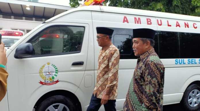 Nurdin Abdullah Serahkan Mobil Ambulans Hibah Jepang untuk Sidrap