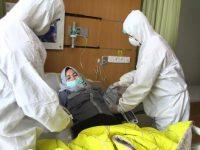 Penanganan pasien virus corona di Indonesia.