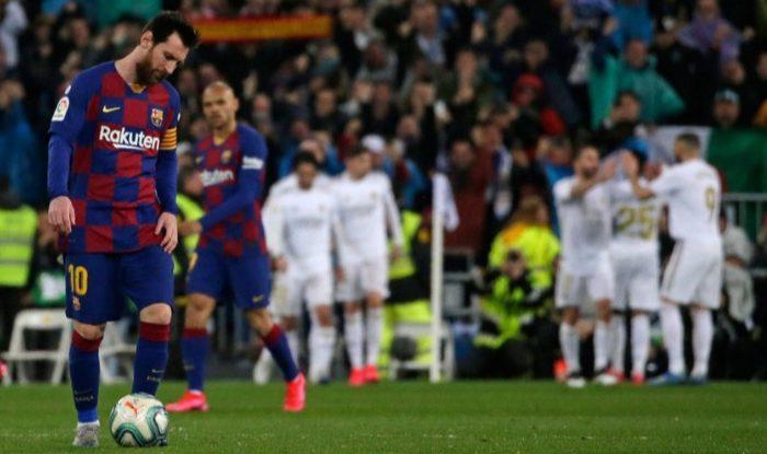 Ekspresi kesedihan Lionel Messi usai gawang Barcelona dibobol Real Madrid, Senin (2/3/2020). (c) AP Photo