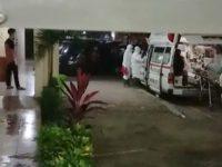 Petugas mengevakuasi Pasien RS Syekh Yusuf Gowa dan dirujuk ke Rumah Sakit Umum Pusat Wahidin Sudirohusodo Makassar.