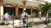 Sasar Bandara dan Masjid, Relawan PMI Selayar Gelar Penyemprotan Disinfektan