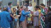 Pengurus KNPI Sulsel menggelar aksi bagi-bagi hand sanitizer ke warga.