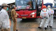 Thoriq Husler Pantau Langsung Penyemprotan Kendaraan di Perbatasan Lutra-Lutim