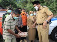Bupati Barru Serahkan Bantuan Logistik ke Semua Warga di Dusun Labungnge