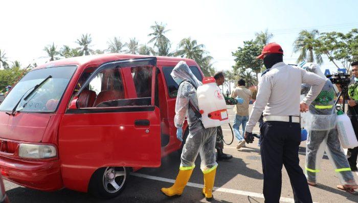 TGP Covid-19 Bantaenng menyemprotkan disinfektan pada kendaraan yang melintas di perbatasan.