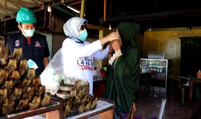 NasDem Barru Bagikan Masker ke Pedagang Pinggir Jalan