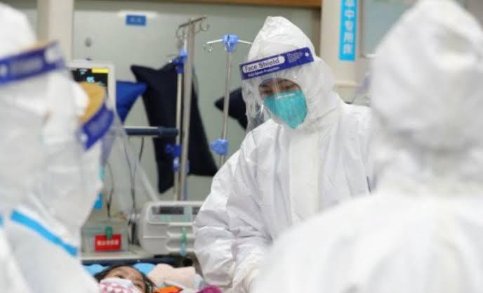 Petugas medis melakukan perawatan terhadap sejumlah pasien terjangkit virus Corona. Foto: ANTARA FOTO/Reuters/ama.