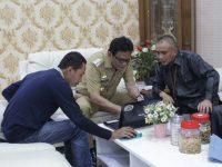 Suardi Saleh saat mengisi data sensus penduduk secara online di rumah jabatan bupati, Selasa (10/03/2020).