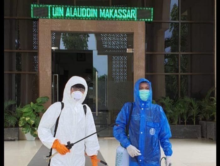 Penyemprotan Disinfektan di Kampus UIN Alauddin Makassar.
