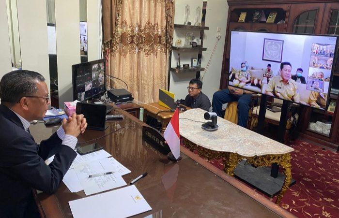Gubernur Sulsel Nurdin Abdullah, saat melakukan rapat dengan seluruh jajarannya melalui video conference, Senin, (30/3/2020).