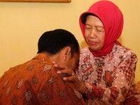 Jokowi dan Ibundanya, Sudjiatmi. (Ist)