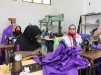 Proses Produksi APD di posko utama Gugus Tugas Percepatan Penanganan Covid-19 di Lamalaka, Kabupaten Bantaeng, Sulawesi Selatan.