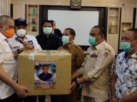 Penyerahan bantuan APD dari Rachmat Gobel diserahkan Koordinator Tim Tanggap Covid-19 Rachmat Gobel Peduli, dr. Charles Budi Doku