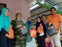 Hilmiaty Asip saat berkunjung ke pemukiman warga di Bulukumba