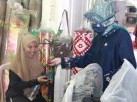Hasnah Syam Masuk Pasar Bagi Masker ke Pedagang dan Pengunjung