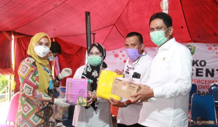 Ketua DPRD Sulsel, Andi Ina Kartika yang menyerahkan bantuan 125 APD berupa baju dan masker N19 ke GTP Covid-19 Barru, Rabu (08/04/2020).