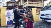 H. Irwan menyerahkan paket sembako untuk Warga.