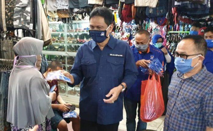 Bersama NasDem Barru, Suardi Saleh Turun Langsung Bagikan Masker untuk Warga