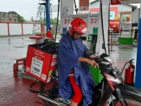 Petugas Pertamina Delivery Service