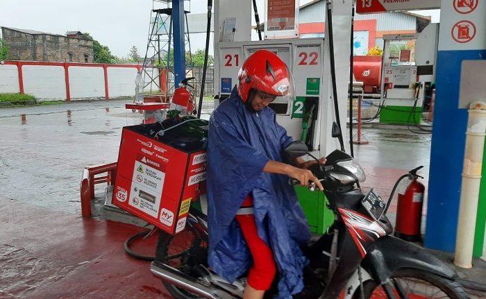 Petugas Pertamina Delivery Service