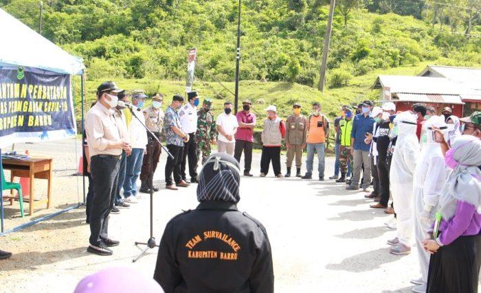 Bupati Barru Suardi Saleh memberi pengarahan di apel siaga pembukaan posko di perbatasan Barru - Soppeng.