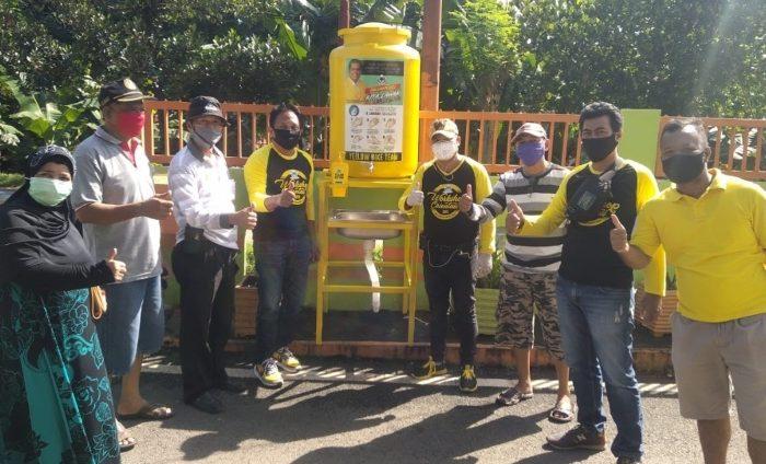 Jelang PSBB Makassar, Komunitas Sepeda Partai Golkar Sebar Wastafel Portable