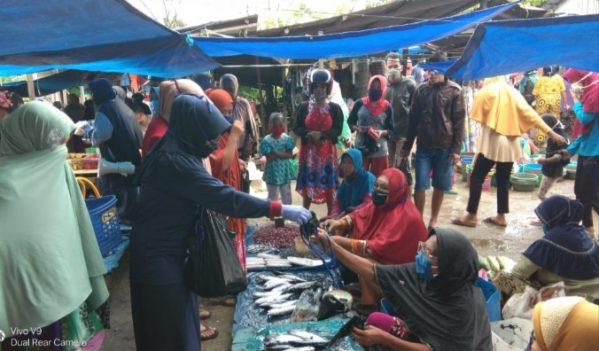Persakmi Selayar Bagi-bagi Masker untuk Pedagang dan Pengunjung Pasar