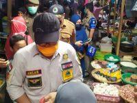 Ahmad Ansar saat membagikan masker secara gratis untuk pedagang.