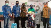 Hasnah Syam Salurkan Bantuan APD ke Tenaga Medis di Barru