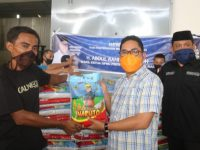 Wakil Ketua DPRD Sulbar Abdul Rahim kembali menyalurkan bantuannya di tiga kecamatan di Polman, Minggu (10/5/2020).
