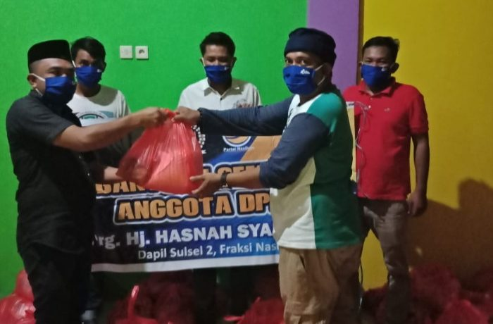 Melalui Pengurus DPD NasDem, Hasnah Syam Salurkan Bantuan Sembako di Sinjai