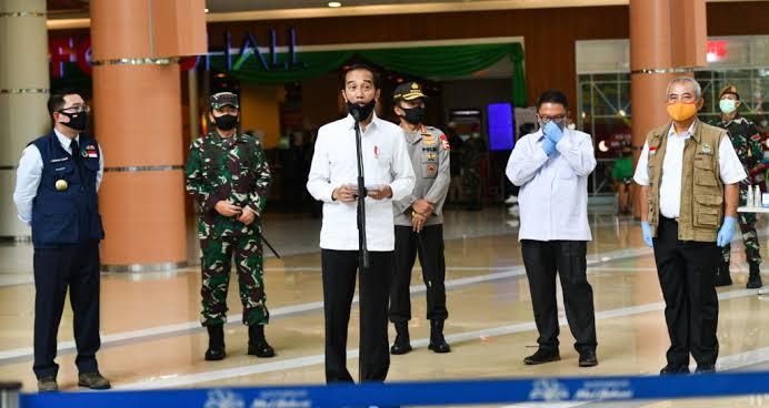 Jokowi memberikan keterangan pers usai meninjau kesiapan 'New Normal' di Sarana Perniagaan Summarecon Mall, Kota Bekasi, Provinsi Jawa Barat, Selasa (26/5/2020).