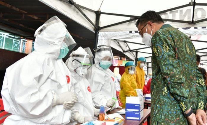 Gubernur Sulsel meninjau Rapid Test Massal di Pasar Terong, Kamis (14/5/2020).